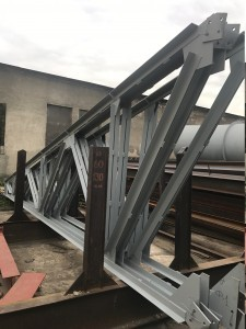 Полуфермы на складе завода